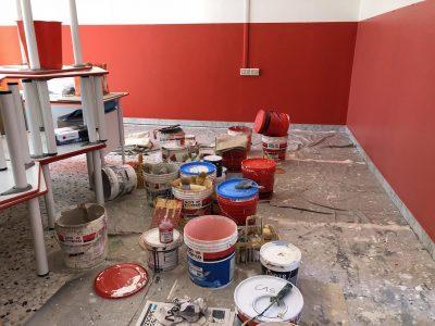 Foto dove si vede che si pitturano le aule dell'asilo