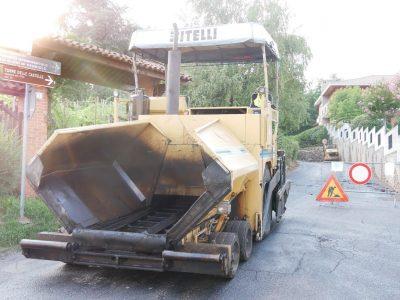 Foto che mostra asfaltatura della strada che porta alla Torre di Gattinara