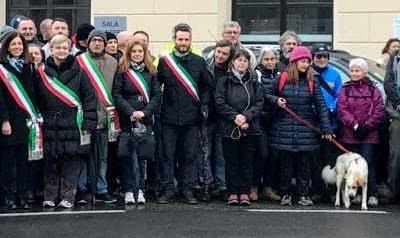 Sindaci e cittadini in protesta per la ferrovia santhià arona sospesa