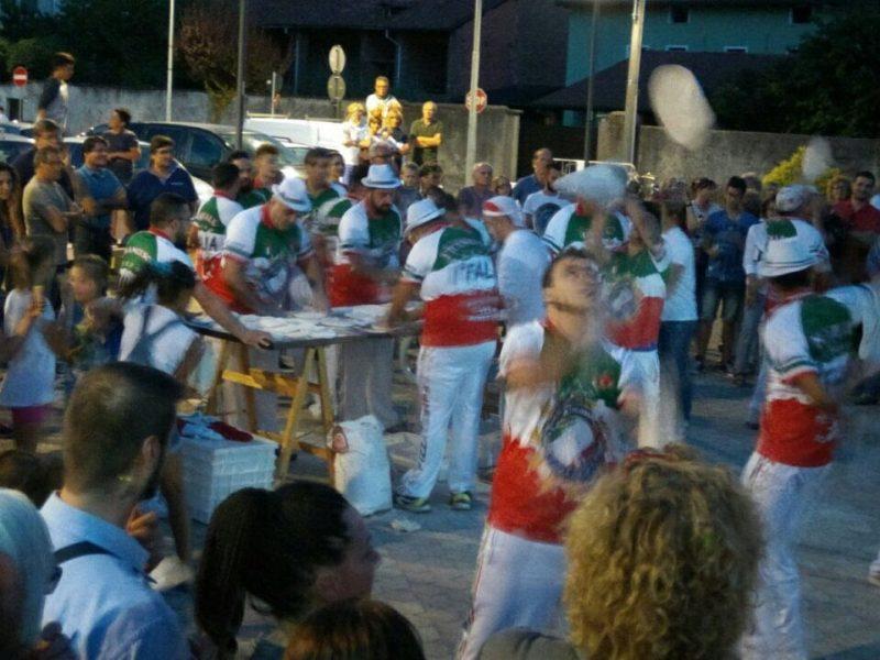 Squadra Pizza Acrobatica al lavoro in Piazza Paolotti